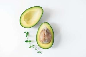 アボカドの7つの栄養効果を管理栄養士が解説!食べるときの注意点・かんたんオススメレシピも